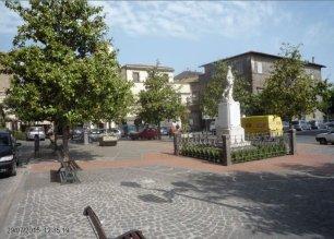 30 -Marta. Piazza Umberto 1 Dove si vede la sede del comune e il monumento ai caduti.