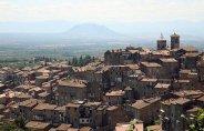 3 -Caprarola- centro storico, con il monte soratte sullo sfondo.