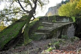 37 -Bomarzo (VT) - Un antico altare nel bosco - la Piramide Etrusca