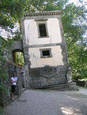 42 -Bomarzo. Parco dei Mostri, casa pendente dettaglio.
