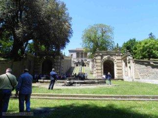 19 -Al Palazzo Farnese di Caprarola si accede tramite una doppia rampa di scale collocata su un'ampia piazza trapezoidale.