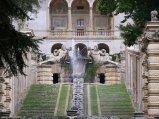 21 -Caprarola. palazzo Farnese, doppia scalinata divisa da una cascata d'acqua dettaglio.