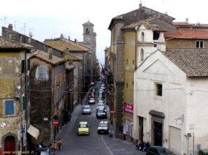 5 - Caprarola rappresenta uno degli esempi urbanistici più significativi del '500. L'antico borgo medievale venne squarciato per far passare una spettacolare via dritta che dai piedi della collina sale scavalcando burroni, in parte riempiti e in parte superati con 2 ponti fino a raggiungere il piazzale antistante l'imponente Palazzo Farnese.
