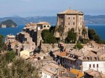 79 -Lago di Bolsena. Capodimonte. La Rocca venne ristrutturata nel 1510 da Antonio da Sangallo il Giovane, ed è stato il soggiorno preferito di diversi pontefici, quali Alessandro VI, Giulio II, Leone X, Paolo III e Gregorio XIII.