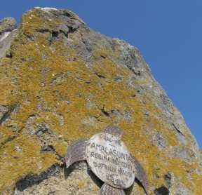 18 -Isola di Martara. Targa affissa nel 1994 per il 1500 esimo anno di nascita della regina Amalasunta. Sull'Isola Martana avvenne, nel 535, il brutale assassinio di Amalasunta, regina dei Goti, da parte del cugino Teodato, bramoso di prendere il potere dopo la morte di Teodorico, padre di Amalasunta, che governava nelle veci di Atalarico, suo figlio.