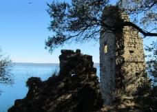 19 -Ruderi dell'antica fortezza e della chiesa di S. Stefano sull' isola Martara