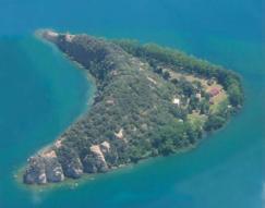 14 - Sul lago di Bolsena. L'isola Martana, vista aerea, si nota bene la forma a mezza luna.