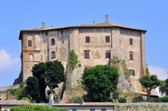 80 -Capodimonte (VT) la Rocca Farnese dal molo del porto.