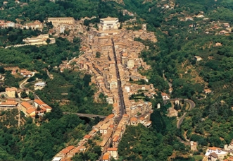 0 -Caprarola. Panorama del paese di 5.480 abitanti a 14 km da Viterbo.