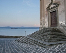 84 -Capodimonte. La Collegiata di Santa Maria Assunta che si trova accanto alla Rocca dove sono conservati alcuni stucchi, attribuiti al Vignola e un dipinto raffigurante Santa Maria delle Grazie, risalente al XVIII secolo.