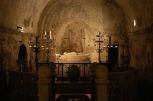 24 - La Basilichetta, la grotta fu il primitivo luogo di culto della Santa. Al centro è visibile la statua quattrocentesca opera del Buglioni che raffigura la santa nel sonno della morte. La basilichetta fu costruita quando le reliquie di Cristina furono riportate a Bolsena dall'Isola Martana, forse nel X secolo. Le pareti mostrano tracce di affreschi di varie epoche.