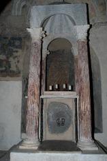 25 - L'altare del Miracolo Eucaristico o delle Quattro colonne è un pregevole manufatto dell'VIII secolo dove nel 1263, secondo la tradizione, un prete boemo tormentato dai dubbi sulla reale presenza di Cristo nell'Eucarestia, vide sgorgare sangue dall'ostia da lui stesso consacrata.