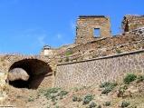 8 - Civita di Bagnoregio. Sul bordo orientale del Belvedere, dove c'era il convento francescano, è scavata nel tufo una grotta detta di S. Bonaventura.
