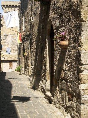18 -Bolsena-Vicolo medievale