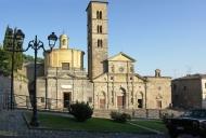 21 -Bolsena. Basilica di Santa Cristina (XI secolo): in stile romanico, conserva opere di Benedetto Buglioni, un polittico di Sano di Pietro e una cappella affrescata nel 1498 da Giovanni de' Ferrarris da Mondovì.