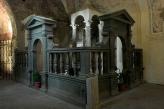 26 --Bolsena- l'altare del Miracolo. Al centro è una scalinata, realizzata alla fine dell'Ottocento, che conduce al vano sottostante in cui è conservata l'antica tomba di santa Cristina, composta da un sarcofago che a a sua volta racchiude un'urnetta cineraria di epoca romana, nella quale furono collocate le reliquie dopo il loro ritorno dall'Isola Martana.Da qui si accede finalmente alle Catacombe, l'antico cimitero della comunità cristiana di Volsinii.