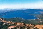 5 -A circa 2 Km dal paese Caprarola si trova il lago di Vico, il quale fa parte del sistema dei Parchi e Riserve Naturali della Regione Lazio