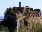 3 -La cittadella di Civita di Bagnoregio è situata sulla vetta di un notevole colle e offre di sé uno spettacolo incomparabile a chi la osserva dai punti panoramici di Bagnoregio.