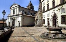 7 -Gradoli. Piazza Palombini con il Palazzo Farnese e la chiesa di Santa Maria Maddalena
