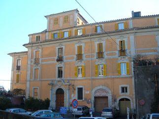 24 --Ronciglione Palazzo Faccini. Terminato nel 1552, nel 1744 venne ristrutturato e vi fu aggiunto un orologio disegnato dall'architetto Sebastiano Cipriani, dal 1816 è sede dell'amministrazione comunale, che precedentemente trovava spazio in un palazzo medioevale. Al suo interno vi è custodito un sarcofago romano.