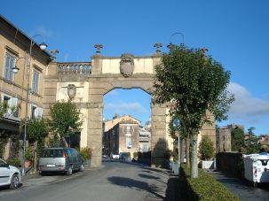 17 -Ronciglione. Porta Romana. Costruita nel 1618 per volontà del duca Odoardo Farnese dal Vignola attualmente divide il centro storico della cittadina dalla zona sud, è stata spesso oggetto di modifiche, nel 1857 ad esempio venne aggiunta sulla sommità una torretta munita di orologio che venne poi rimossa nel 1954 per alleggerire il carico sulla struttura