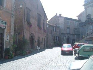 12 -Via Cavour, uno scorcio caratteristico del centro storico di Gradoli