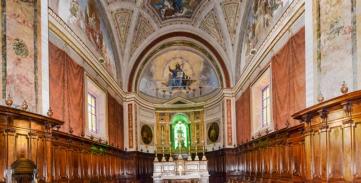 12 Interno, coro con l'altare.