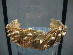 11 -Crotone. Il Diadema Aureo una corona costituita da una fascia in lamina d'oro, dove si sviluppa una decorazione a treccia, ottenuta a metallo battuto e definita a cesello, pesa 122 grammi, è alto 5 centimetri e lungo 37centimetri. all'interno del Museo Archeologico nazionale.