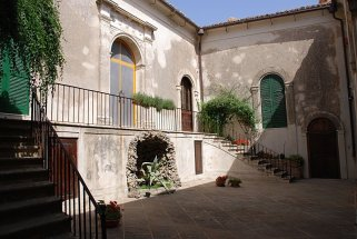 16 -Castello Caccuri, cortileinterno