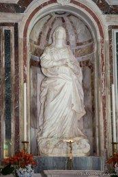 22 -Interno chiesa di Gesù e Maria dove è custodita un'imponente immagine marmorea di San Basilio, opera realizzata tra 1533 e 1535