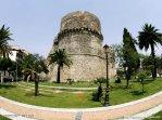 42 - Il Castello Aragonese di Reggio Calabria è la principale fortificazione della città, sorge nell'omonima piazza Castello, che ospita anche il palazzo del Tribunale, tra la via Aschenez e la via Possidonea. Esso è considerato, insieme ai Bronzi di Riace, uno dei principali simboli storici della città di Reggio.