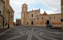 9 -Santa Severina. Piazza Campo e cattedrale di Santa Anastasia. È il più importante edificio sacro di Santa Severina posta sul lato nord di piazza Campo, opposta al Castello. Eretta da Ruggero di Stefanunzia ( 1274 – 1295).