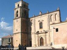 10 -Santa Severina, cattedrale di Santa Anastasia in primo piano. All'interno è visibili un Crocifisso ligneo del 1400, l'ambone in marmi calabresi risalente alla metà del '600 e l'altare maggiore.