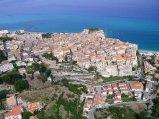 3 -Vibo Valentia. La città si trova su un altopiano fertile a nord del promontorio di Tropea, a soli 6 km. dal Mar Tirreno, sul quale si affaccia il borgo di Vibo Valentia Marina.