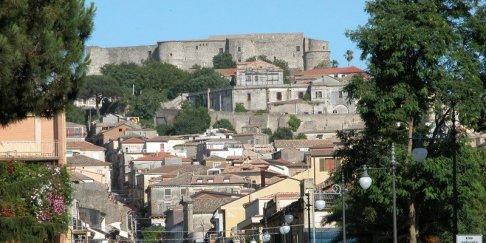 4 -Vibo Valentia. La città vecchia occupa la parte alta della città, ai piedi del castello, mentre nella parte bassa si estendono i quartieri più moderni.