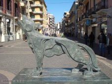 9 -Lupo della Sila, opera di Mimmo Rotella, Museo Bilotti visto da un'altra angolazione.