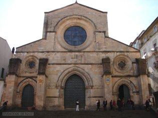 23 -Cosenza. Duomo o cattedrale di Santa Maria Assunta è il principale luogo di culto cattolico di Cosenza. si trova nel cuore del centro storico della città, su Piazza Duomo, adiacente a corso Telesio. Costruita intorno alla metà dell'XI secolo, riconosciuta nel 2011 come patrimonio testimone di cultura di pace dall'UNESCO