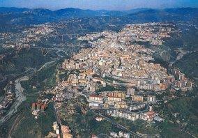 1 -Catanzaro. La provincia di Catanzaro si affaccia su due mari: lo Ionio a Est e il Tirreno a Ovest. La provincia di Catanzaro è delimitata a Nord dalla Sila e a Sud dalle Serre Calabresi. La parte centrale è costituita dall'istmo di Catanzaro, una stretta valle allungata di circa 30 km che unisce le due coste dal Golfo di Squillace al Golfo di Sant'Eufemia, che è anche il punto più stretto dell'intera penisola italianaOggi la zona più rinomata è quella tra Catanzaro e Soverato, nel centro del Golfo di Squillace: qui si alternano splendide scogliere a lunghi tratti di spiaggia bianchissima..