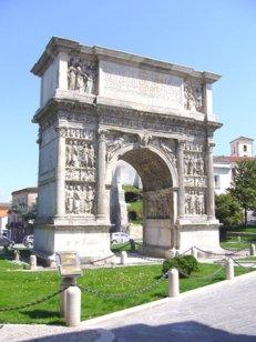 20 -Benevento, scorcio del centro storico arco_traiano