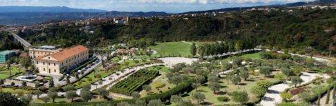 30 -Catanzaro. Parco della Biodiversità mediterranea. Ventimila specie di piante da siepi e tappezzanti, duemila le piante d'alto fusto, duecento le specie arboree e cento quelle acquatiche. Sono solo alcuni dei numeri che caratterizzano il giardino botanico all'italiana. Che è soltanto una parte del Parco della Biodiversità mediterranea, situato nel cuore di Catanzaro, interamente dedicato alla flora e fauna tipiche dell'area mediterranea.