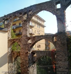 """22 -Salerno. Acquedotto medievale, fu popolarmente ribattezzato """"Ponti e archi del diavolo a seguito di una leggenda."""