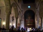 30 -Salerno. Interno della chiesa del Santissimo. Crocifisso. Nell'abside centrale, il mosaico moderno riproduce l'affresco della Crocifissione che si trova nella cripta.