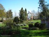 49 -Benevento-Il giardino retrostante la Villa, con l'antenna del MARSec. Il MARSec riceve dati sul territorio dai satelliti Terra, Acqua, EROS A, EROS B e RADARSAT. È in grado di ricevere ed elaborare informazioni dalle aree del Mar Mediterraneo, dell'Europa settentrionale e del Nord africa, sfruttando anche sensori posti a terra.L'antenna del MARSec è stata realizzata dall'azienda californiana SeaSpace. È costituita da una parabola orientabile automaticamente, protetta da una copertura sferica, e innestata su un traliccio alto 10 m.