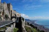 9 -Salerno. Il castello attualmente è costituito da una sezione centrale protetta da torri, unite tra di loro con una cinta muraria merlata.