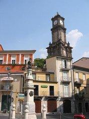 6 -Avellino. Torre dell' Orologio e statua di Carlo II d'Asburgo. La Torre dell'Orologio è oggi considerata l'emblema e il simbolo della città di Avellino, perché domina con i suoi 40 metri d'altezza lo skyline della città. Questa torre storica ha un'impronta barocca e venne costruita nel 1600. La torre si trova in Piazza Amendola. La bellezza e il grande significato di questa torre nel Seicento testimoniava come la città avesse un ruolo importante nella cultura e nell'arte barocca.