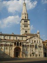 8 -Modena. La cattedrale metropolitana di Santa Maria Assunta in Cielo e San Geminiano è il principale luogo di culto della città . La Porta Regia sul fianco destro e la Ghirlandina, tradizionalmente conosciuta come la torre campanaria del Duomo