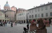 5 - Reggio Emilia, panorama sulla piazza San Prospero dai leoni davanti alla basilica.