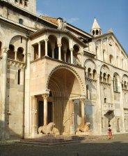 10 --Modena. La cattedrale, porta regia, dettaglio