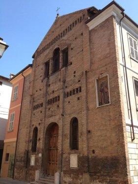 10 -La chiesa di San Giovanni Evangelista, nota anche come San Giovannino, è un edificio di culto sito in piazza San Giovanni, nel centro storico di Reggio Emilia. La facciata, in cotto, è incompiuta, mentre la nicchia che l'adorna, al cui interno vi è il mosaico di Sant'Antonio di Padova, è del 1956.