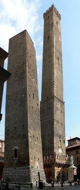 3 -Bologna. Le due torri In Piazza di Porta Ravegnana.(Asinelli a destra e Garisenda a sinistra). sono le più importanti, mentre quella degli Asinelli come vedremo di seguito è visitabile, la Torre Garisenda è più bassa (47 metri) e non è visitabile.